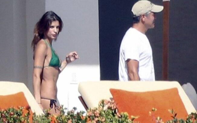 George Clooney e Elizabetta Canalis na varanda do quarto do casal no resort onde estão hospedados em Cabo San Lucas, no México