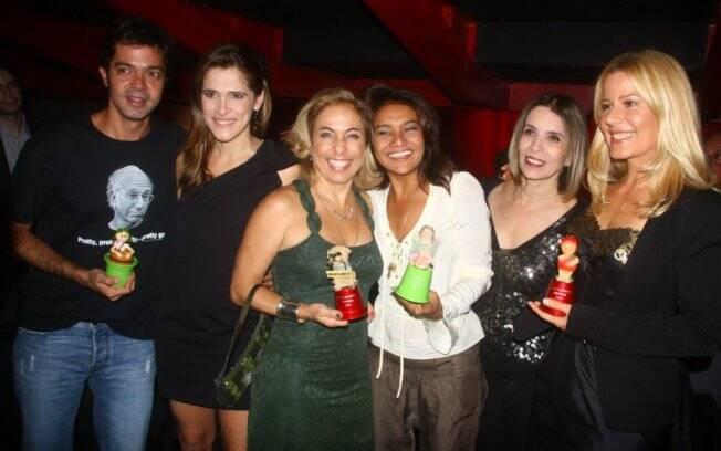 Bruno Mazzeo ao lado de Ingrid Guimarães, Cissa Guimarães, Dira Paes, Liége Monteiro e Paula Toller