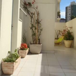 O terraço de Camille Nicolau, em um apartamento térreo duplex, em São Paulo