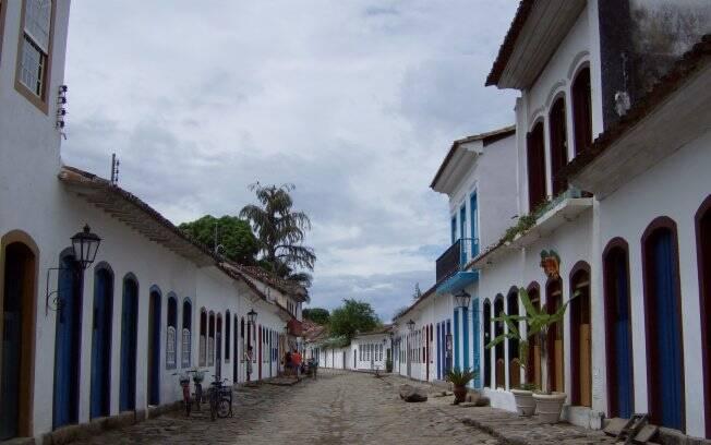 Casarões coloniais e ruas de pedra ainda estão conservados na cidade