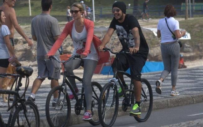 Luana Piovani pedala com o namorado