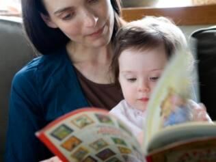 Contar histórias fortalece o vínculo entre pais e filhos e é uma forma eficaz de transmitir ensinamentos
