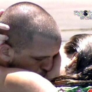 Michelly e Diogo se beijam em meio a clima romântico