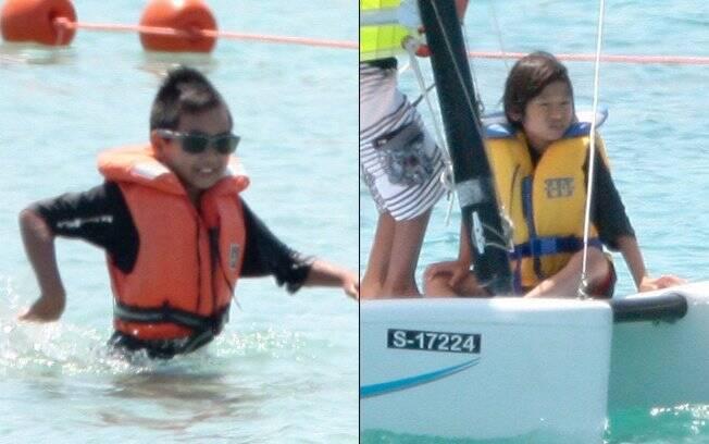 Maddox e Pax, filhos de Anjelina Jolie e Brad Pitt, nadam com colete salva-vidas no parque aquático