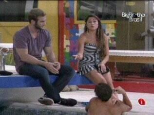 Maria tenta conversar com Maurício, mas toma um corte do carioca