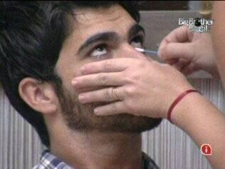 Paulinha tira a maquiagem de Rodrigão
