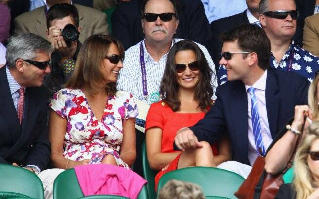 Pippa Middleton e seus pais em clima de intimidade com Alex Loudon
