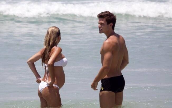 O casal aproveitou para dar um mergulho