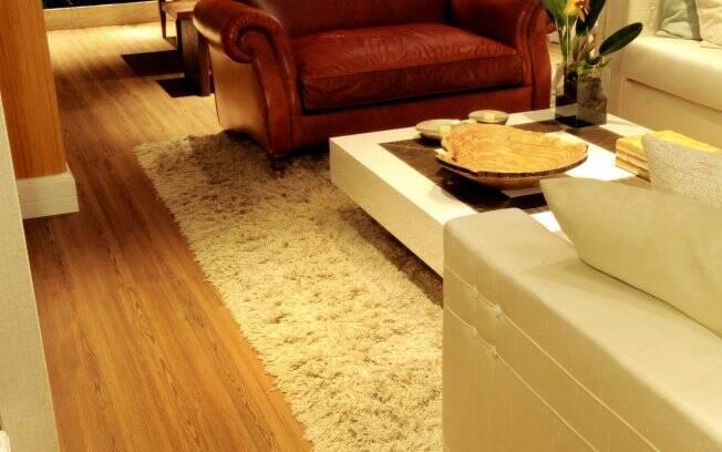Caminhar sobre o piso com sapatos de salto alto pode deformar o piso. O ambiente é da designer de interiores Ana Mitzakoff para o Campinas Decor 2010