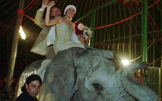 Antanas Mockus, então prefeito de Bogotá, e sua mulher, Adriana Cordova, montados em elefante após casamento em circo (27/01/1996). Foto: AP