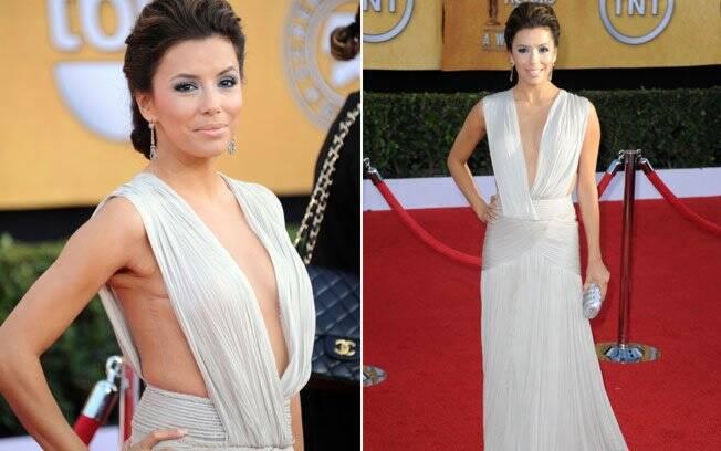 O megadecote do vestido que Eva Longoria usou no Screen Actors Guild Awards, possuía detalhe transparente, dando suporte à atriz
