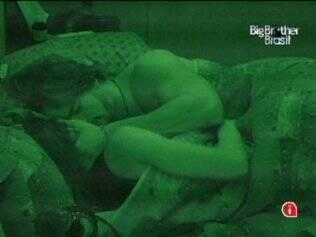 Antes de dormir, casal se beija no Lado B