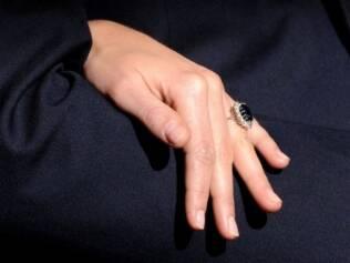 Detalhe do anel que Kate ganhou do noivo nesta terça-feira
