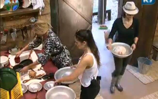 Monique Evans, Ana Paula Oliveira e Franciely Freduzeski se dividem nas tarefas domésticas