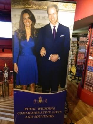 Na entrada da Cool Britannia, uma das lojas mais tradicionais de souvenirs de Londres, anúncio gigante das lembranças do casamento real