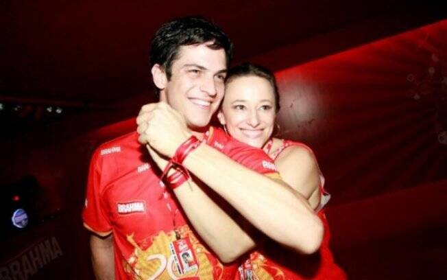 Mateus Solano e Paula Bran se divertem no primeiro dia de Carnaval no Rio