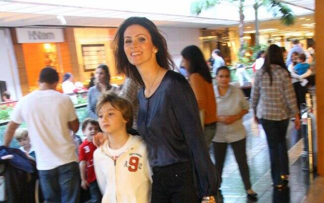 Lizandra Souto e o filho Yago em um shopping carioca no sábado (18)