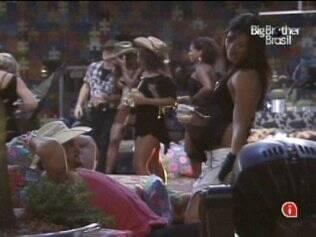 Talula dança para Rodrigo na Festa Country