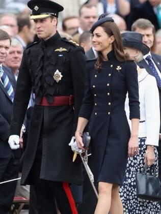 William e Kate entregaram medalhas a membros da guarda em Windsor, Inglaterra, neste sábado (25/06)