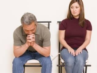 As mulheres quase sempre são solitárias nas salas de espera. Já os homens só vão ao médico em companhia delas