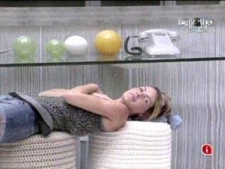 Diana fica deitada ao lado do Big Fone