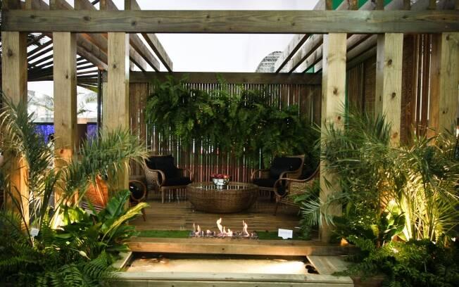 O pergolado, o bambu, a lareira e o lago ornamental dão o tom do ambiente de Mônica Rio Verde