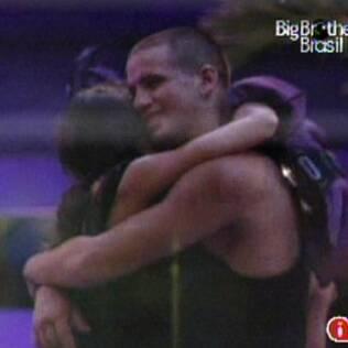 Diogo e Talula dançam juntinhos