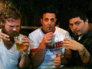 Ryan Dunn e dois amigos bebendo, pouco antes do acidente