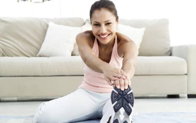 O alongamento cuidadoso e suave é ótimo para o corpo e pode ser feito em qualquer lugar