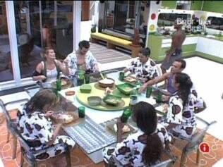 Novos moradores do Lado A se deliciam com o almoço preparado por Diana