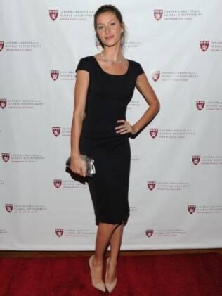 Gisele Bündchen veste Victoria Beckham para receber prêmio em Nova York