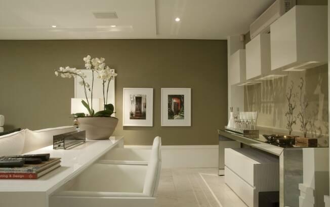 Mesmo com linhas minimalistas, as flores estão presentes no escritório residencial criado pelos arquitetos Sérgio Valliatti e Luciana Patrão