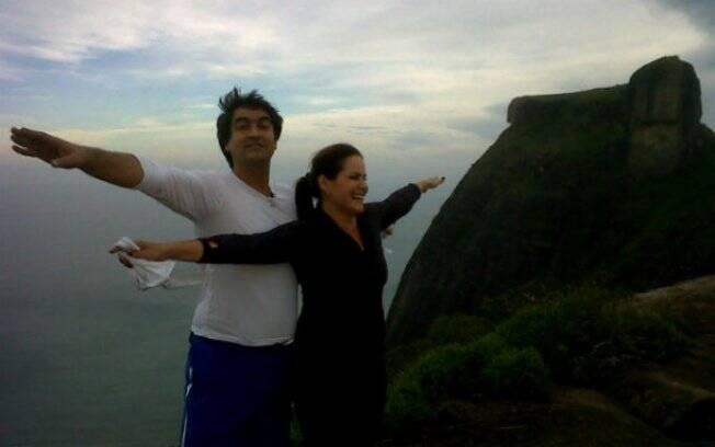 Zeca Camargo e Renata Ceribelli fazem trilha até o pico da Pedra Bonita, no Rio de Janeiro