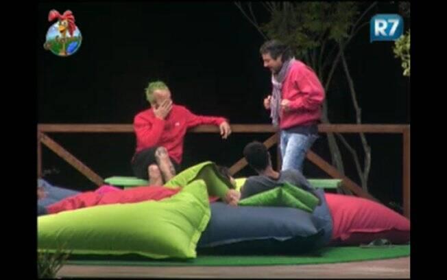 Gui Pádua, Anna Markun, François e João Kleber aproveitam a noite para falar sobre o apresentador Britto Junior