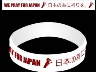 A pulseira lançada por Lady Gaga para arrecadar fundos para as vítimas do tsunami do Japão, vendida por R$8 no site da cantora