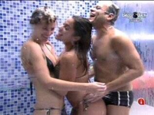 Diana, Maria e Daniel tomam banho juntos