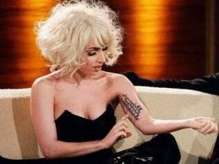 Lady Gaga: tatuagens só do lado esquerdo