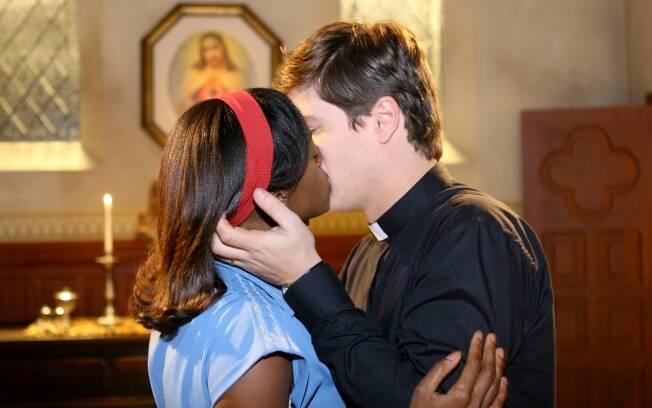 Nina e Padre Inácio se beijam e fazem amor na sala paroquial
