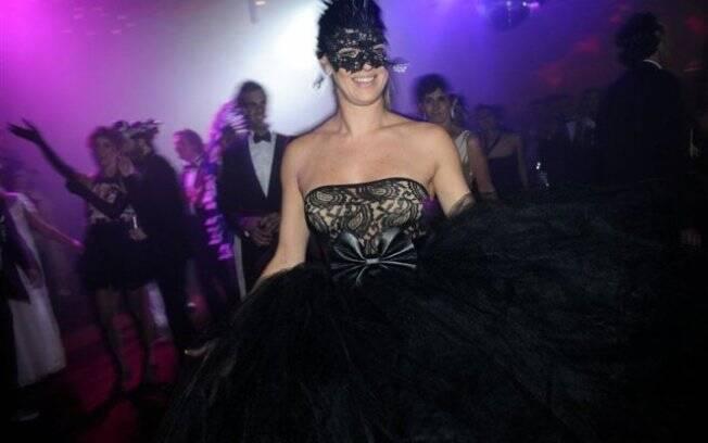 Mascarada, Letícia Birkheuer curte baile de Carnaval