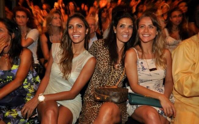 Flávia Sampaio acabou mostrando demais ao ser fotografada com Patrícia Brandão e Juliana Silveira