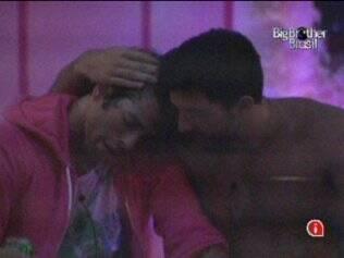Mauricio e Cristiano relembram antigos relacionamentos e consolam um ao outro