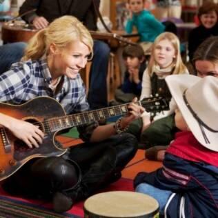 Gwyneth Paltrow interpreta uma cantora que tenta se livrar do álcool e drogas em
