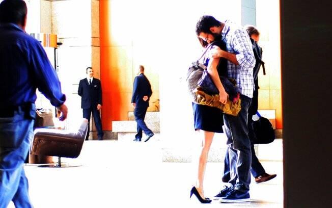 Visivelmente apaixonados, Mariana Ximenes e seu affair passaram alguns minutos se beijando e se abraçando