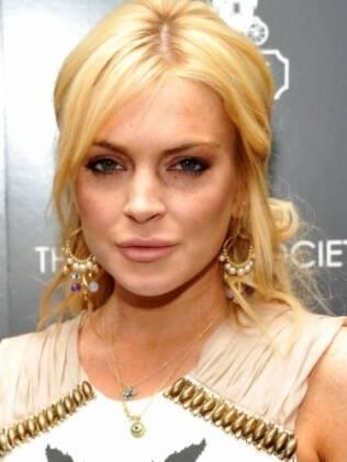 Lindsay Lohan fatura dentro de casa
