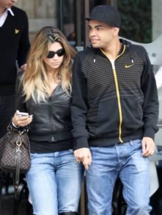 O casal deixou o restaurante no Itaim de mãos dadas