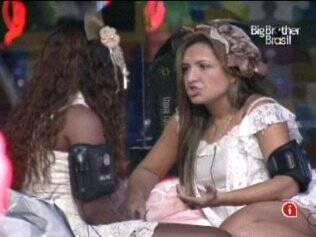 Natália e Jaqueline conversam na festa Paranóia