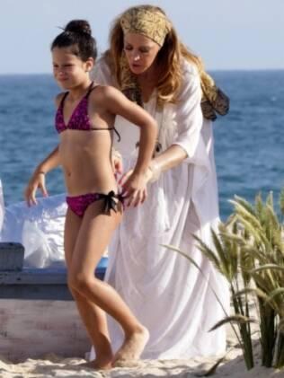 Claudia Raia cuida de Sophia em gravação de