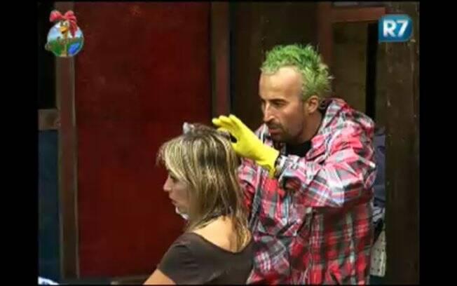 Gui Pádua tinge de verde o cabelo da peoa Anna Markun