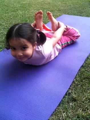 Criança pratica ioga: programa deve ser adaptado à idade