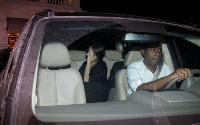 Jesse Eisenberg e namorada se escondem logo após saírem do restaurante